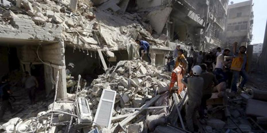 5001422_7_af8f_des-civils-dans-les-decombres-d-un-batiment_47f22a521fc17a5b18df3facfccc10c1