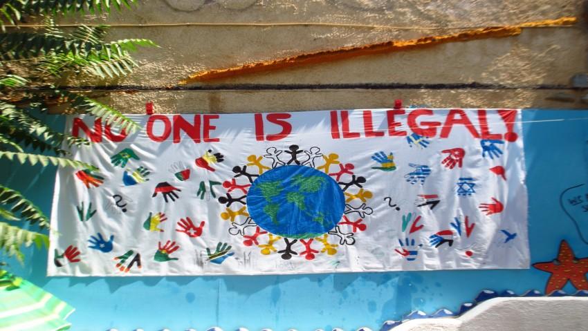 Tenture affichée dans une cour d'école