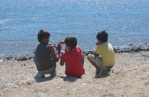 Trois Frères devant l'eau